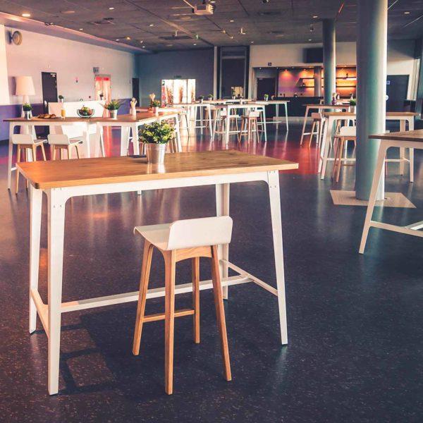 Espace affaires avec tables Porto et tabourets Oslo