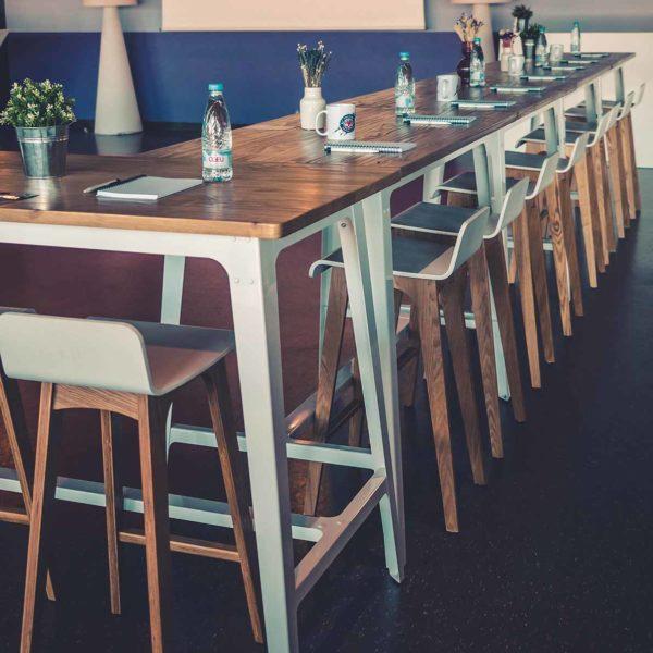 Espace affaires réunion avec tables et tabourets